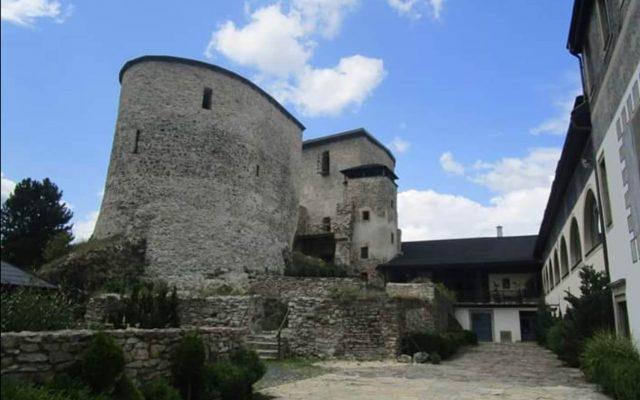 Zrúcanina hradu a kaštiel Liptovský Hrádok 2020-05-18 o 15.14.49
